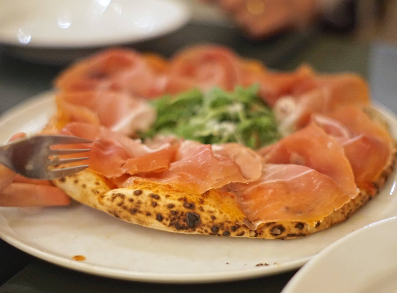 Prosciutto pizza with crust